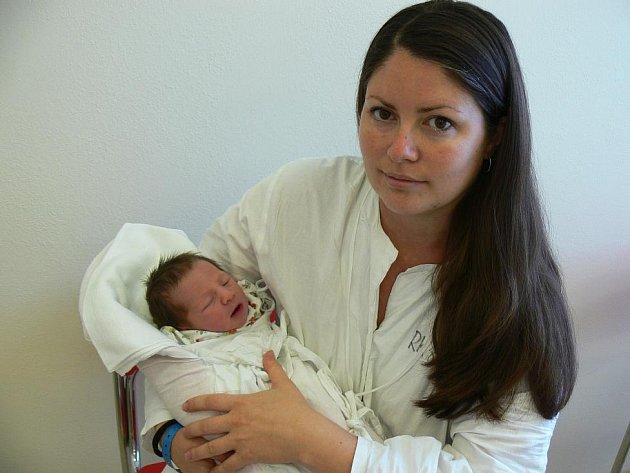 ELENA: Rodiče Magdaléna a Michal Vašíčkovi z Bystrého u Dobrušky mají radost z narození dcery Eleny. Narodila se 9. 9. v 5.33 hodin (3,17 kg a 49 cm). Tatínek byl u porodu a zvládl to dobře. Doma se na sestřičku těší Dan.