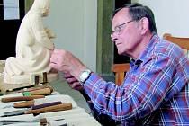 Jan Hrnčíř netušil, že se v něm skrývá takový talent. Celý život pracoval jako dispečer a k řezbářství ho přivedla před třinácti lety náhoda.