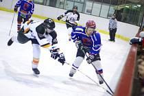 POSTUP FAVORITA. Hráči HC Rychnov (v tmavých dresech) po dvou čtvrtfinálových výhrách nad HC Lev Kostelec si zajistili účast v semifinále letošního ročníku Rychnovské hokejové ligy.