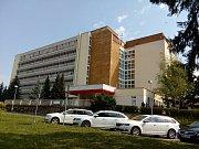 Budova, v níž sídlí i dětské oddělení či porodnice.