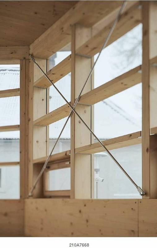 Pohled do nového altánu Městské knihovny Vamberk nedlouho po dokončení. Ve své kategorii se v celostátní soutěži Dřevěná stavba roku dostal do Top trojky finalistů jak v hodnocení odborné poroty, tak veřejnosti.