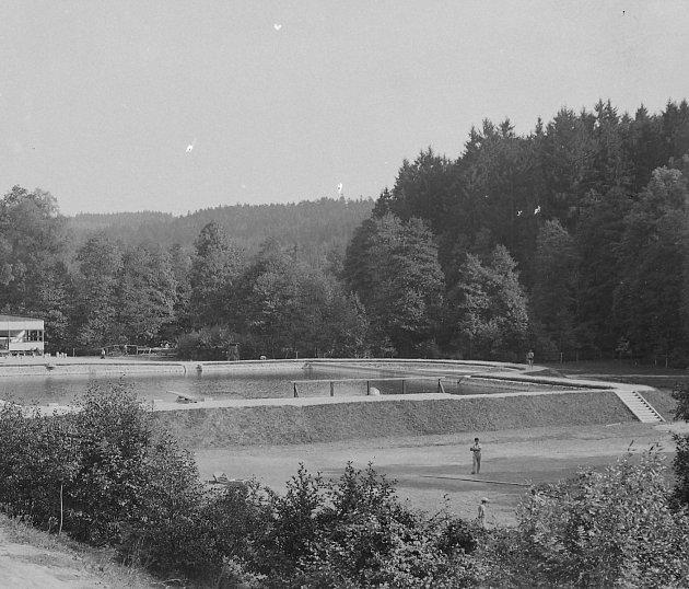 Koupaliště ve Včelném ustarého bělidla po otevření 7.srpna 1934.Letos 7.srpna koupaliště oslavilo 85let od svého otevření.