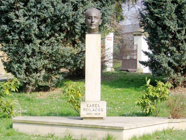 Ve měste slavného spisovatele připomíná jeho busta