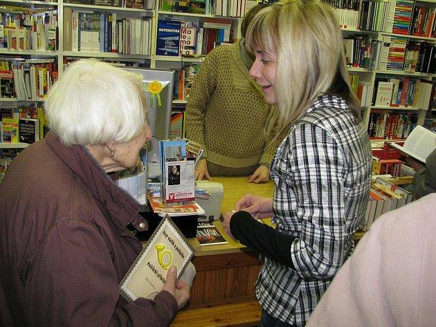 Autogramiáda bývalé listonošky Běly Hacklové,která sepsala Pošťácké příběhy.