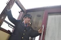 JÍZDU historickým motorovým vlakem si nenechaly ujít desítky návštěvníků oslav.