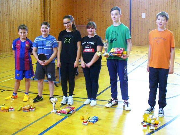 ŠESTICE stolních tenistů se zúčastnila turnaje mládeže. Z vítězství se radoval Martin Holubář ze Slatiny (druhý zprava).