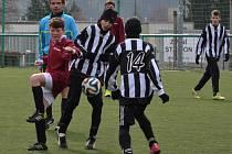 Rychnovští žáci (v pruhovaných dresech) porazili na domácí umělé trávě v pohárovém utkání Černilov 3:2.