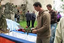 Pohřbení ostatků německých obyvatel.