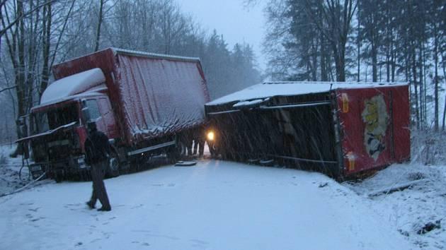 Chábory (Rychnovsko): Dopravní nehoda nákladního automobilu s přívěsem. Hasičské jednotky provedly odpojení vzpříčeného a převráceného přívěsu a vyproštění nákldního vozidla.