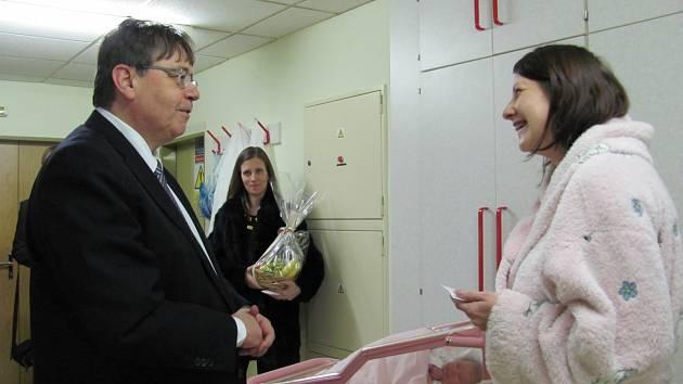 HEJTMAN LUBOMÍR FRANC předává květinu a šek Janě Maivaldové, která přivedla na svět dceru Aničku.