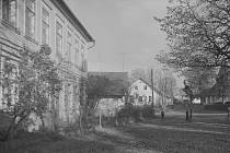 Náves v Liberku. Fotografie je z roku 1952.