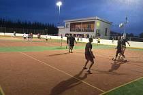 POD UMĚLÝM OSVĚTLENÍM. Nočního nohejbalového turnaje se letos zúčastnilo třináct družstev.