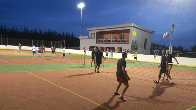 POD UMĚLÝM OSVĚTLENÍM. Noční nohejbalový turnaj slibuje atraktivní zápolení.