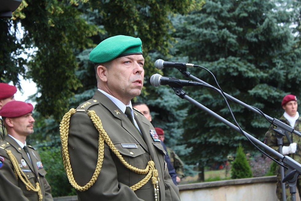 U pomníku Obětem válek v Týništi nad Orlicí. Eduard Stehlík