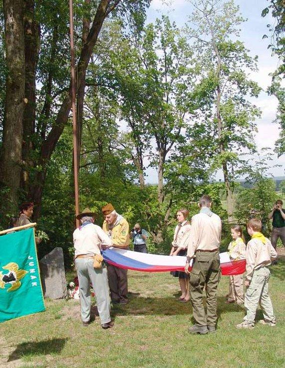 Skauti a skautky slavnostně vyvěsili státní vlajku.