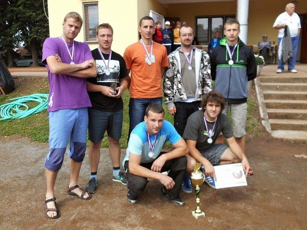 STŘÍBRNÝ POHÁR převzali volejbalisté Sokola Chleny. Jan Holubec (horní řada zcela vpravo) byl vyhlášen nejlepším smečařem.