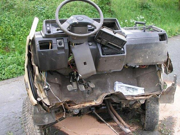 Osobní vozidlo zn. Škoda  Favorit vyjelo ze silnice a narazilo do stromu.