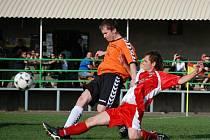 Utkání okresního přeboru Solnice - Domašín skončilo 0:0. Na snímku se domácí David Starý (vpravo) snaží skluzem zastavit Tomáše Borovského.