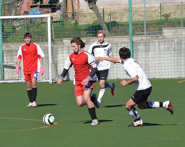 TŘINÁCT BODŮ získali v podzimní části Východočeského přeboru dorostu hráči FC Spartak Rychnov nad Kněžnou (na snímku z utkání s Vysokým Mýtem v tmavém) a přezimují na devátém místě.
