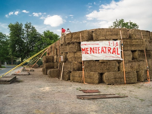 SLAMĚNÉ DIVADLO – experimentální stavba, v které uvidíte divadelní představení.