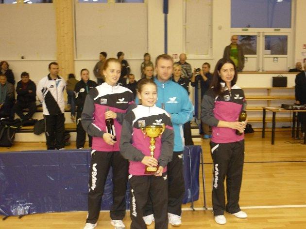 BRONZOVÝ TÝM SK Dobré:  (zleva) Aneta Martinková, Terezie Sazimová, trenér Jan Šplíchal a Olesja Stachová.