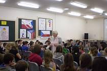 Děti zaujal osud uprchlíků a měly mnoho otázek.  Běla Jensen je vtáhla do diskuze.