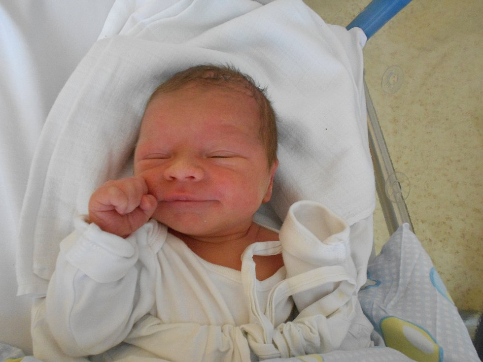 FILIP DAŠEK se narodil 8. června ve 13.25 hodin. Měřil 50 cm a vážil 3000 g. Potěšil své rodiče Michaelu a Davida Daškovy z Rychnova nad Kněžnou. Tatínek byl mamince velkou oporou a pomáhal jí, byl skvělý.