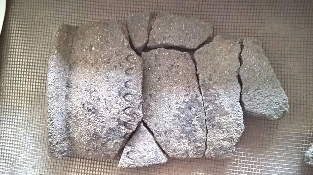 Rekonstruované části nádobky z hrobu z konce doby římské, případně období stěhování národů.