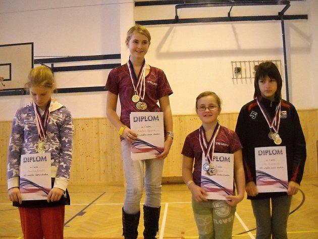 STUPNĚ VÍTĚZŮ. Nejlepší dívky (zleva) druhá Kateřina Borecká (Dobré), vítězka Kateřina  Sýkorová (Lhoty u Potštejna), bronzové Lucie Sýkorová (Lhoty) a Lída Grimmerová  (Dobré).