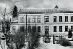 Budova základní školy v Sedloňově roku 1961.