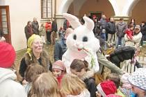 NAKOUPIT TRADIČNÍ VÝROBKY, zasoutěžit si nebo jen vstřebávat ducha Velikonoc bylo o víkendu možné na řadě míst. Se skutečným velikonočním zajíčkem se děti setkaly na zámku v Potštejně. Ruční práci lidí z regionu bylo možné zakoupit ve vile Sklenářka
