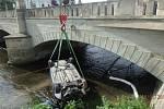Auto skončilo po nehodě v řece.