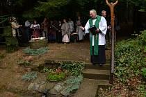 SVĚCENÍ STUDÁNKY se taktéž neslo ve slavnostním duchu. Ani při této akci se na výročí kostela nezapomnělo.
