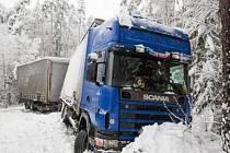 KALAMITA si pohrála  i s řidičem nákladního automobilu, který jel ráno z Hradce na Týniště. U Petrovic nezvládl řízení a sjel do příkopu. Silnice tady byla na několik hodin uzavřená. Muži se nic nestalo, ale do smíchu mu nebylo.