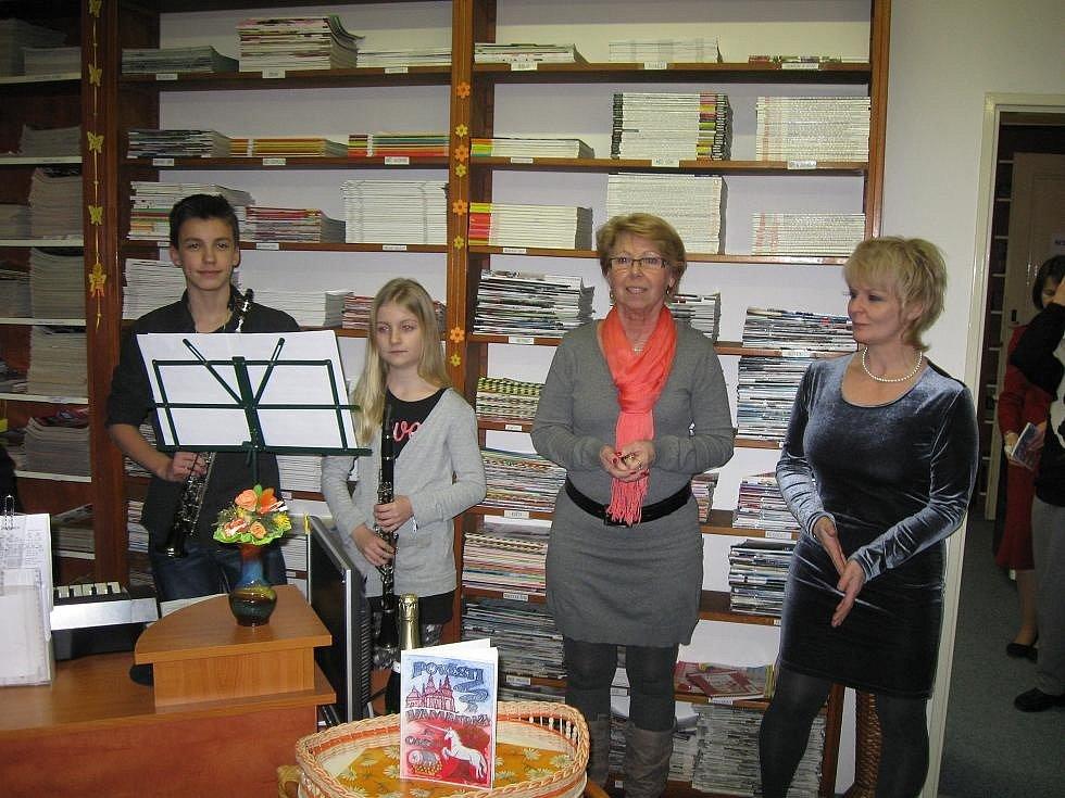 Dlouholetá vedoucí knihovny Jaroslava Martinová (vpravo)
