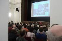 Lidé ve zcela zaplněném sále Pelclova divadla si přišli poslechnout prezentaci studií budoucího obchvatu Rychnova.