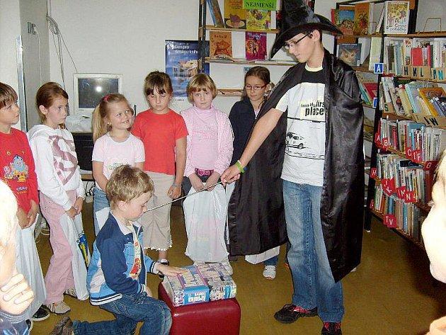 Černokněžník pasoval prvňáčky na čtenáře