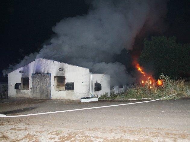 Požár zasáhl drůbežárnu v Dobrém.
