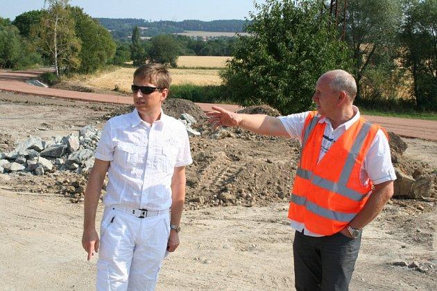 Karel Janeček - vlevo - na inspekční cestě
