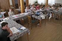 """""""Rozumíme dobře, jen mluvte pomaleji,""""  téměř dokonalou češtinou komunikují s okolím účastníci letošních kurzů češtiny v Dobrušce, kteří  jsou zařazeni do  skupiny s nejvyšší úrovni výuky."""