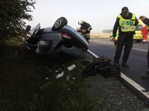 Vůz se překulil na střechu, jeden člověk se zranil.