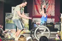 Elegance bez bariér dokázala, že všichni lidé jsou stejní, ať už stojí na vlastních nohou, nebo používají invalidní vozík. I v Rychnově si na molu užili spoustu skvělé zábavy.