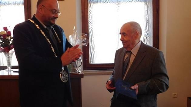 SLAVNÝ REŽISÉR František  Filip spolu se starostou města Petrem Lžíčařem při udělení čestného občanství.