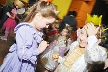 VÍCE NEŽ 130 DĚTI ZE SOLNICE A OKOLÍ SI MOHLO v sobotu odpoledne užít svých nadpřirozených schopností. Zatím poslední akce občanského sdružení Brouček totiž nesla název Dětský kouzelný karneval.