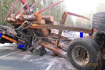 """Kamion s kládami se """"uložil"""" napříč silnice. Ta byla hodiny uzavřená"""