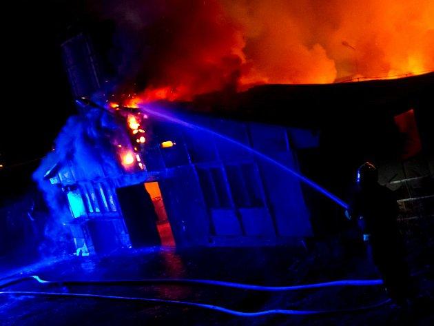 V Semechnici hořela drůbežárna. Lehla popelem