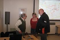 Jednomu z účastníků akce odpovídala archeoložka Martina Beková i po své přednášce.