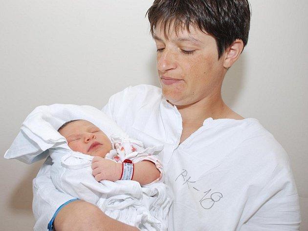 TEREZA ŠREMROVÁ: Rodiče Eva Bartošová a Luboš Šremr z Javornice – Přímu mají radost z narození dcery Terezy. Narodila se 3.května v 10.26 hodin,  měřila 56 cm. Doma se na sestřičku těší Zuzanka a Martínek