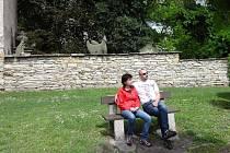 NOC LITERATURY se koná u Mariánského kostelíka, toto místo zaujalo také turisty z Červeného Kostelce (na snímku), kteří se přijeli do Opočna podívat o několik dní dříve.