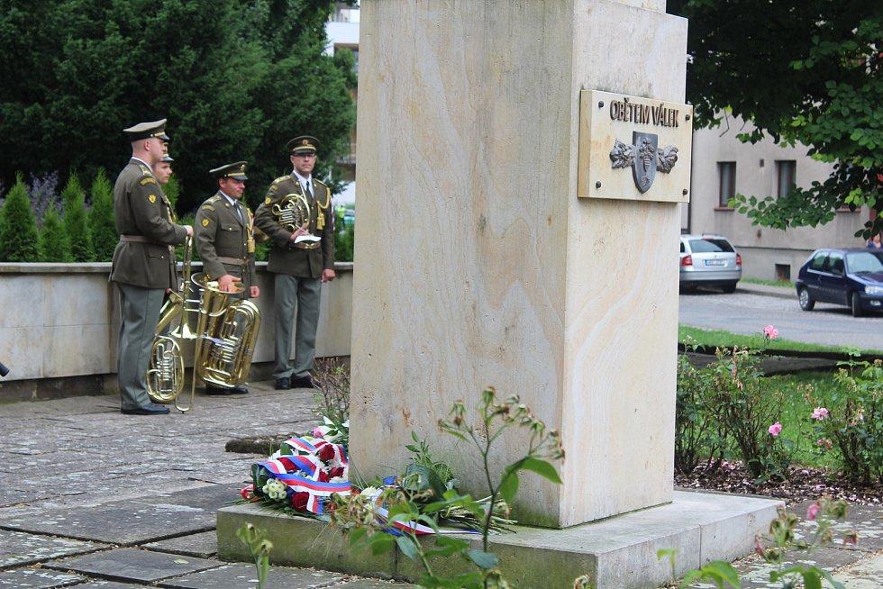 U pomníku Obětem válek v Týništi nad Orlicí.